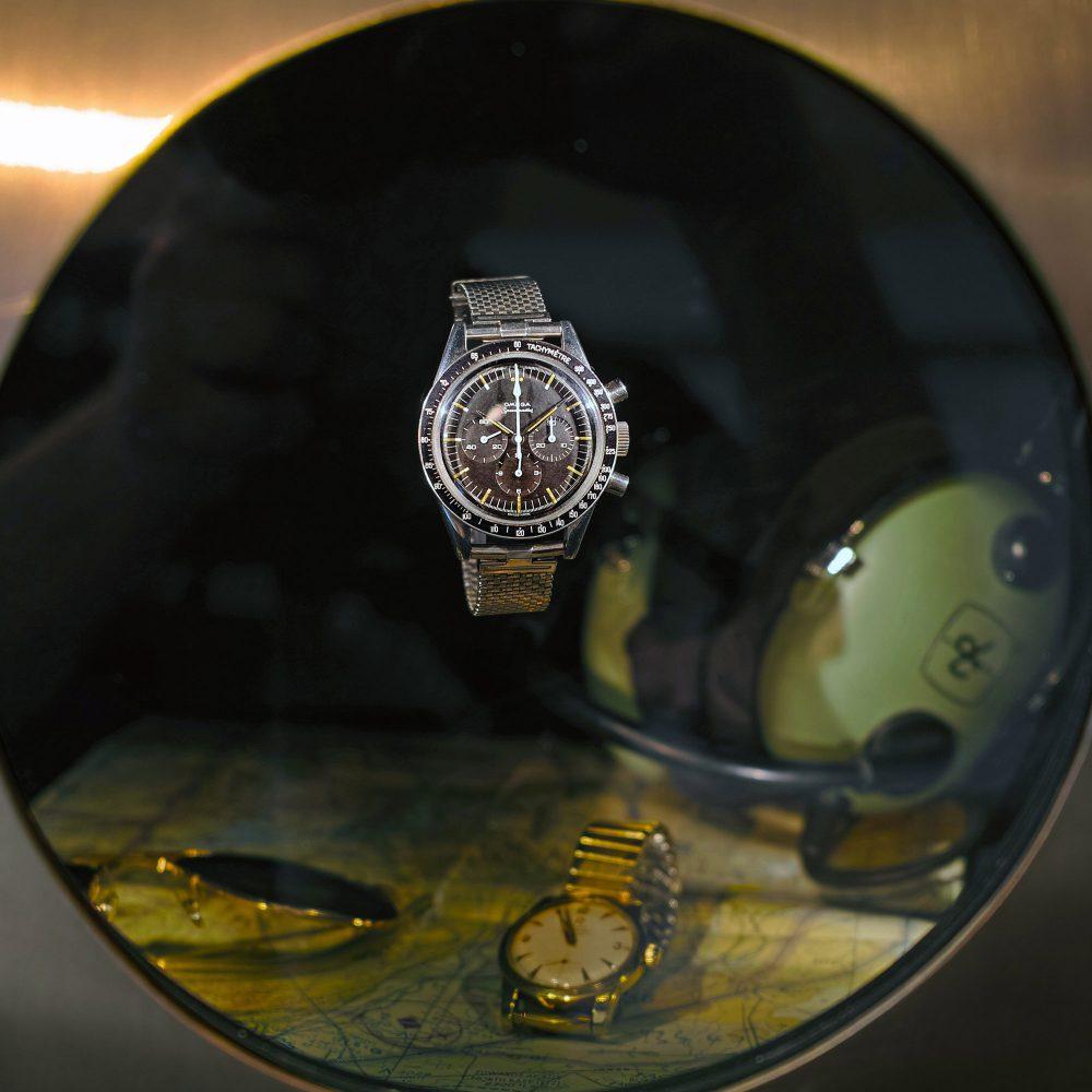 Omega Uhren in Kugelvitrine